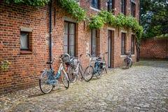 Biciclette parcheggiate in una casa Fotografie Stock Libere da Diritti