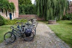 Biciclette parcheggiate in una casa Fotografie Stock
