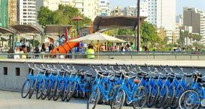 Biciclette per affitto accanto al centro commerciale di Larcomar, Lima fotografie stock libere da diritti