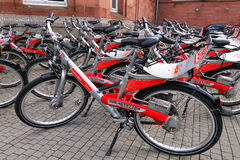 Biciclette per affitto fuori della stazione ferroviaria della città a Wiesbaden, Hesse Immagine Stock Libera da Diritti
