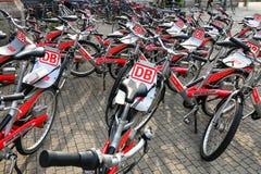 Biciclette per affitto fuori della stazione ferroviaria della città a Wiesbaden, Hesse Immagine Stock