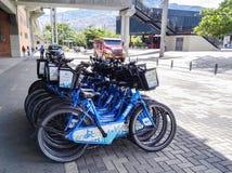 Biciclette pubbliche di Medellin, Encicla Mobilità in condizioni ambientali verde fotografia stock libera da diritti