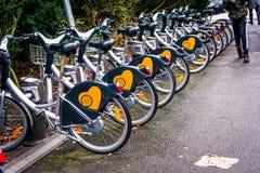 Biciclette pubbliche parcheggiate che fa parte del sistema d'affitto in Svezia Fotografie Stock