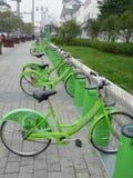 Biciclette pubbliche verdi a Suzhou Fotografia Stock