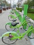 Biciclette pubbliche verdi a Suzhou Immagine Stock