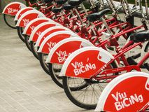 Biciclette rosse che stanno in una fila immagini stock