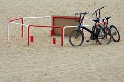 Biciclette su una spiaggia Immagine Stock Libera da Diritti