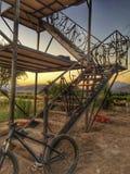 Biciclette su una struttura della scala immagine stock