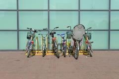 Biciclette sul parcheggio immagine stock