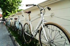 Biciclette sulla parete immagini stock