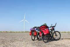 Biciclette sulla strada contro Fotografia Stock Libera da Diritti