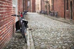 Biciclette sulla via medioevale Fotografia Stock Libera da Diritti