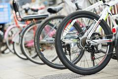 Biciclette sulla via urbana Immagine Stock