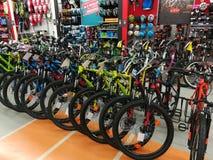 Biciclette in un deposito di sport Fotografia Stock