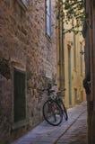 Biciclette in un vicolo Fotografia Stock Libera da Diritti