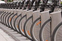 Biciclette in una stazione di aggancio fotografia stock libera da diritti