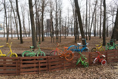 Biciclette variopinte sul recinto Fotografia Stock Libera da Diritti