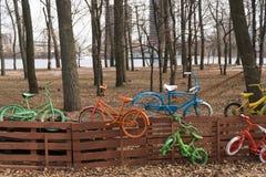 Biciclette variopinte sul recinto Fotografie Stock Libere da Diritti