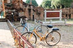 Biciclette in vecchia città di Ayutthaya fotografia stock