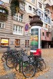 Biciclette vicino alla casa di Hundertwasser, Vienna Immagine Stock