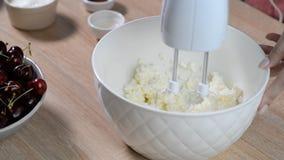 Bicie z melanżeru kremowym serem zdjęcie wideo