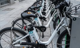 Bicimad eco usługi do wynajęcia biały rower w Madrid mieście obraz royalty free