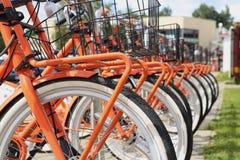 Bicis anaranjadas de la ciudad Fotografía de archivo