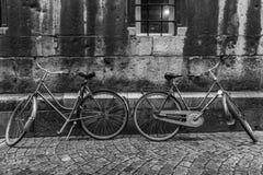 Bicis contra una pared en Maastricht fotos de archivo libres de regalías