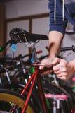 Bicis de la reparación del tema Primer de un uso caucásico de la mano del ` s del hombre llaves de un hex. de la herramienta de m Fotografía de archivo