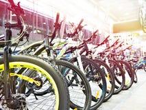 Bicis de montaña modernas en tienda de los deportes foto de archivo libre de regalías