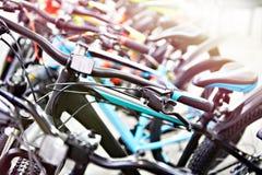 Bicis de montaña modernas en tienda de los deportes imagen de archivo
