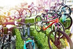 Bicis de montaña modernas en tienda de los deportes foto de archivo