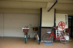 Bicis en la calle en Japón fotos de archivo
