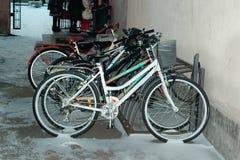 Bicis en la nieve en campus Imágenes de archivo libres de regalías