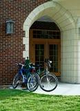 Bicis en la puerta de la escuela. Fotografía de archivo libre de regalías