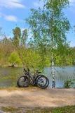 Bicis en orilla del lago Imágenes de archivo libres de regalías