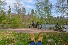 Bicis en orilla del lago Fotografía de archivo