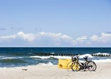 Bicis en una playa imagen de archivo libre de regalías