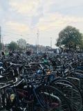 Bicis estacionadas en Amsterdam fotos de archivo