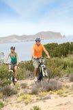 Bicis jovenes del montar a caballo de los pares en las islas Fotos de archivo