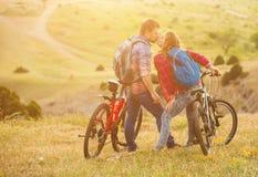 Bicis jovenes del montar a caballo de los pares en las montañas Imagen de archivo libre de regalías
