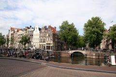 Bicis a lo largo del canal de Amsterdam Imagenes de archivo