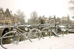 Bicis Nevado en Amsterdam los Países Bajos Imágenes de archivo libres de regalías