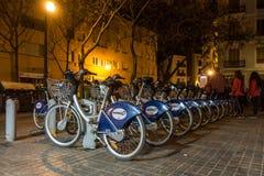 Bicis para el alquiler en la noche en Valencia Spain el 24 de febrero de 2019 Gente no identificada fotografía de archivo