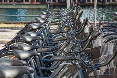 Bicis para la estación de acoplamiento del alquiler en Copenhague, Dinamarca Fotos de archivo libres de regalías
