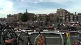 Bicis parqueadas a una vista de los canales de Amsterdam almacen de metraje de vídeo