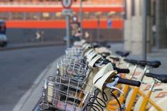 Bicis rentables de la ciudad en Milán, Italia imagen de archivo libre de regalías