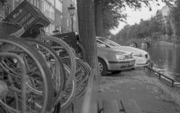 Bicis y coches en el Canels de Amsterdam imagen de archivo libre de regalías
