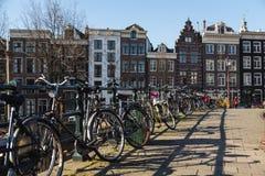 Bicis y edificios en Amsterdam Foto de archivo