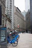 Bicis y turistas de la ciudad de la American National Standard Broadway de Liberty St Imagenes de archivo